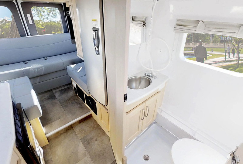 CanaDream Deluxe Van Conversion bank en badkamer