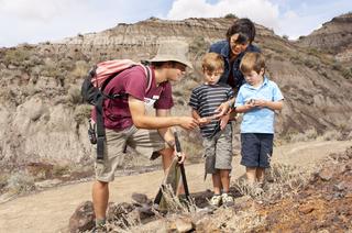 Kinderen met een gids op pad